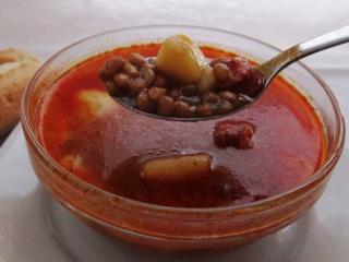 Čočková polévka s opečenými párky