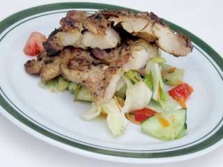 Pikantní kuřecí stehna na grilu