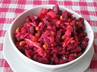 Salát z červené řepy s ovocem a kukuřicí