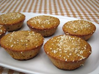 Kukuřičné muffiny s rozinkami a sezamem