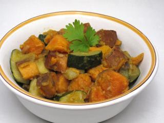 Sladké brambory s cuketou a indickým kořením