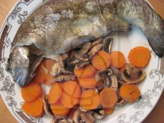 Pstruh na cibulce s mrkví a žampiony