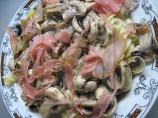 Těstoviny se žampiony a tyrolskou šunkou