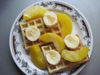 Vafle s ovocem a karamelovým likérem