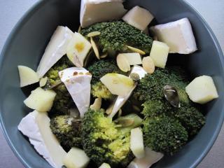 Brokolicovo- sýrový salát