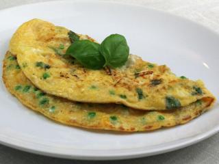 Omeleta s hráškem, bazalkou a sýrem feta