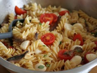Těstovinový salát s mozzarellou a sardelovými očky