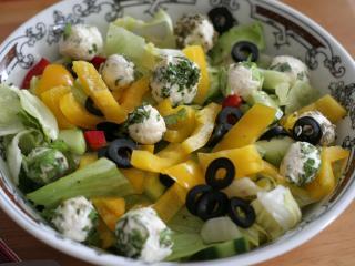 Míchaný salát se sýrovými kuličkami