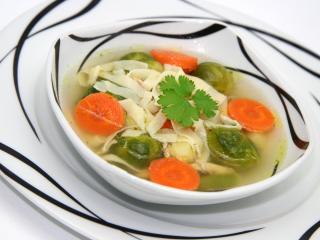 Kuřecí polévka s růžičkovou kapustou a domácími nudlemi