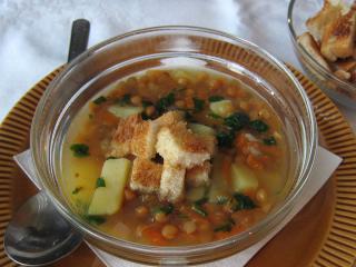 Čočková polévka s česnekovými krutony