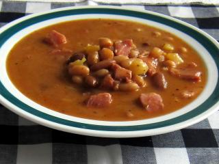 Hrstková polévka fazolová s uzeným kolenem