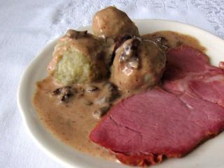 Omáčka, uzené maso, bramborové knedlíky