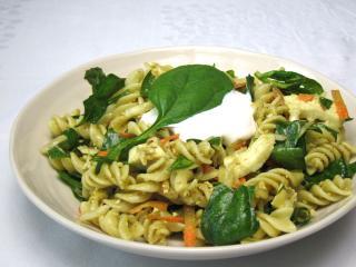Špenátový salát s těstovinami a mozzarellou
