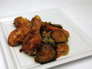 Pikantní kuřecí stehna na zelenině