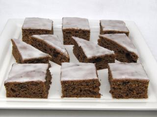 Švestkovo-čokoládový koláč s citronovou polevou