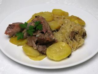 Pečené krůtí na kysaném zelí s bramborami
