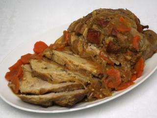 Pečené vepřové maso na cibuli s mrkví