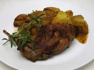 Pečený marinovaný králík s bramborami