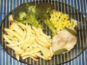 Krůtí prsa na kukuřici s hranolkami a brokolicí